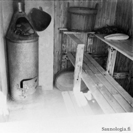 Ulossavuava, varaava pönttökiuas oli 1900-luvun alun hittituote. Kuva Helsingin kaupungin museo (Finna.fi). CC v.4 BY lisenssillä käytetty. Kuvaaja tuntematon.