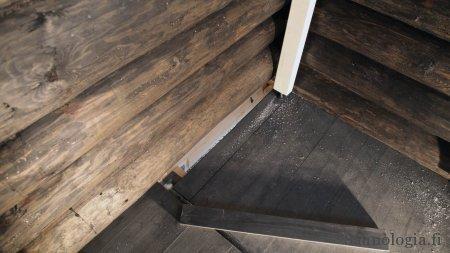 Lattiasta puuttuva palanen. Takanurkassa irroitettava lauta yhtenä ilmanvaihto-aukkona.